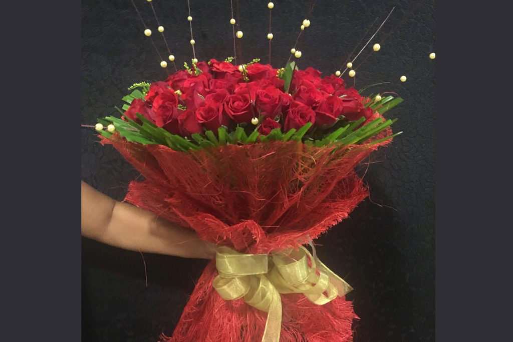 50 red roses jute wrapping
